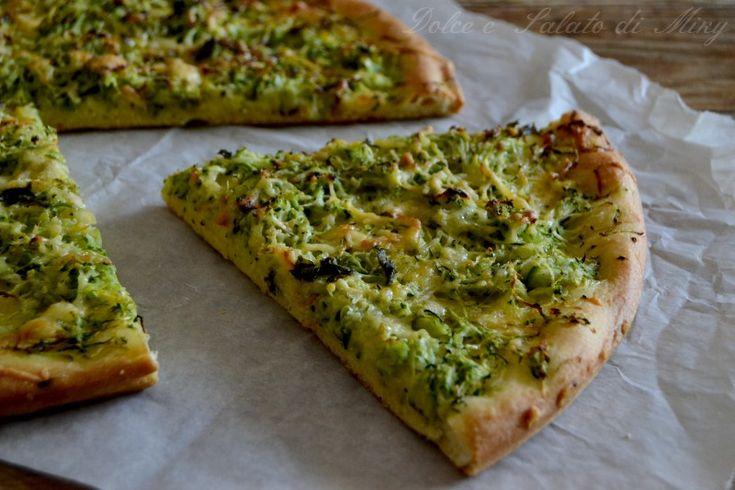 Focaccia di zucchine e formaggio, una focaccia semplice, farcite con ingredienti di stagione, ottima sia calda che fredda.