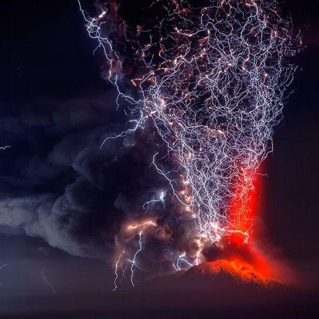 Dopo quasi cinque decenni di inattività, il vulcano Calbuco nel sud del Cile erutta in un'esplosione violenta di cenere e fumo