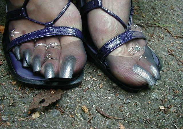 Госпожа с длинными ногтями на ногах 10