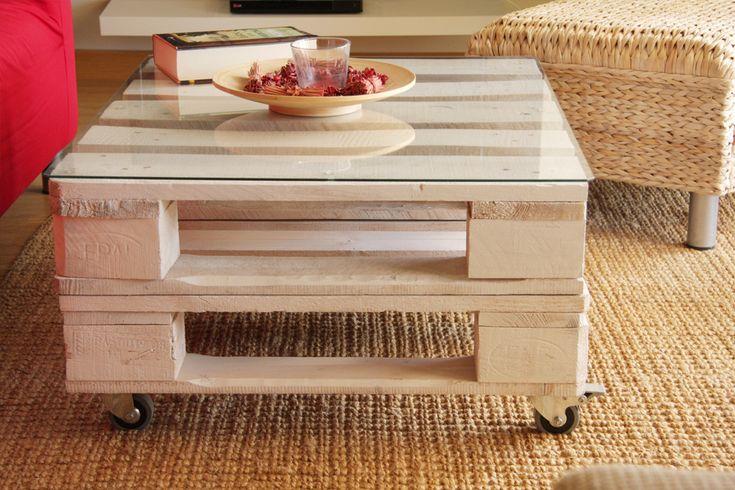 Mesa realizada conpalets europeos reciclados. Tratamos la madera de los palets para que sea duradera y tengan un aspecto nuevo. Estas mesas pueden emplearse tanto en interior como en exterior, si además incorporas la ruedas podrás variar su posición cómodamente siempre que quieras. Para que la superficie de la mesa sea cómoda, un cristal