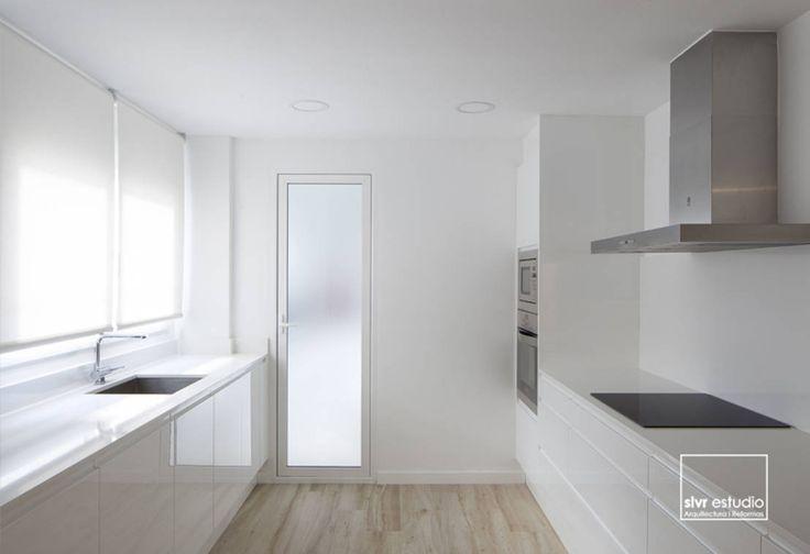 Cucina minimalista di slvr estudio