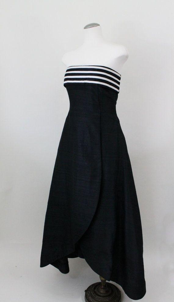 Vintage Abendkleid - Scaasi Boutique Kleid in schwarz Dupionseide mit übergroßen Bogen.  Dieses atemberaubende formale Kleid verfügt über Mieder und voller Rock, die an der Front geschichtet wird. Schwarz / weiß gestreift horizontale Manschette an Spitze der Mieder/Büste, weiße Ripsband auf niedrigen Glanz schwarz satin. Über den oberen, übergroße Bug in der gleichen gestreift zu beenden, als die Manschette könnte, dies wurde zu einem bestimmten Zeitpunkt entfernt, schwachen Stich M...