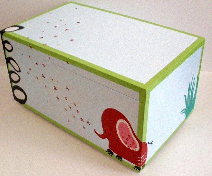 Ξύλινο κουτί βάπτισης με θέμα την Ζούγκλα για βάπτιση αγοριού, ζωγραφισμένο εξ ολοκλήρου στο χέρι με ακρυλικά χρώματα. Συνδυάζεται με το υπόλοιπο σετ βάφτισης (λαμπάδα, λαδόκουτο και στολισμό κολυμπήθρας) καθώς και με αντίστοιχη μπομπονιέρα καδράκι ή κουτάκι, ζωγραφιστά στο χέρι. Επίσης, το σετ μπορεί να συμπληρωθεί από τα αντίστοιχα διακοσμητικά παιδικού δωματίου όπως το ταμπελάκι πόρτας, ο υψομετρητής και το door knob (βλέπε ζωγραφιστά αντικείμενα). Στις φωτογραφίες φαίνονται οι 4…