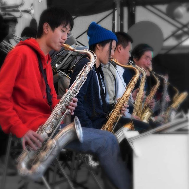 "Jazz session of maturity playing "" JAZZCUDA"" with youthful vigor of a big band "" Tsurugi high school jazz band"" were made. Under the blue sky, the audience had to feel the fun rhythm to each of attractive sound!   円熟の演奏JAZZCUDAの皆さんと、若々しい元気のあるビッグバンド、鶴来高校ジャズバンド部の皆さんのコラボレーションのジャズセッション。青空のもとそれぞれの魅力あるサウンドに観客の皆さんは楽しいリズムを感じていました!"