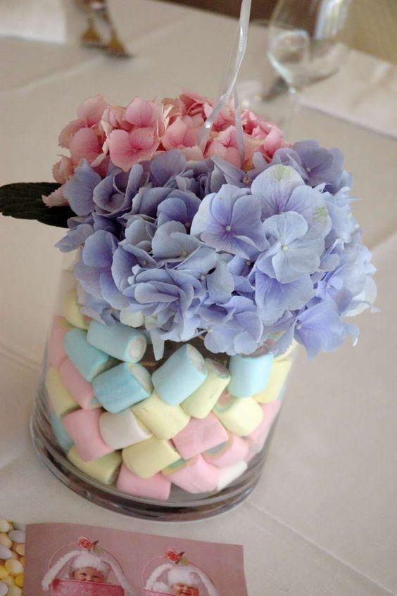 Come decorare la casa per un battesimo - Vaso con dolci e fiori
