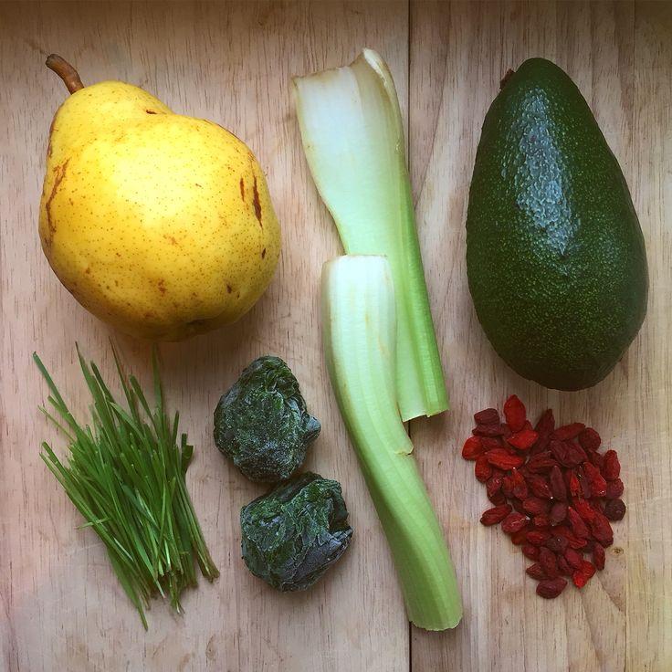Вся правда в том, что для того, что бы реализовать обыкновенный товар по завышенной цене, необходима хорошая история с чудодейственными свойствами. Ягоды годжи – как раз такой вариант. Они, конечно, весьма полезны, но не содержат никаких волшебных свойств, отличных, например от шиповника. #healthyhop #healthy #pear #celery #vitgrass #avocado #goji #spinach #здоровье #груша #витграсс #шпинат #авокадо #годжи #сельдерей #смузи #smoothie