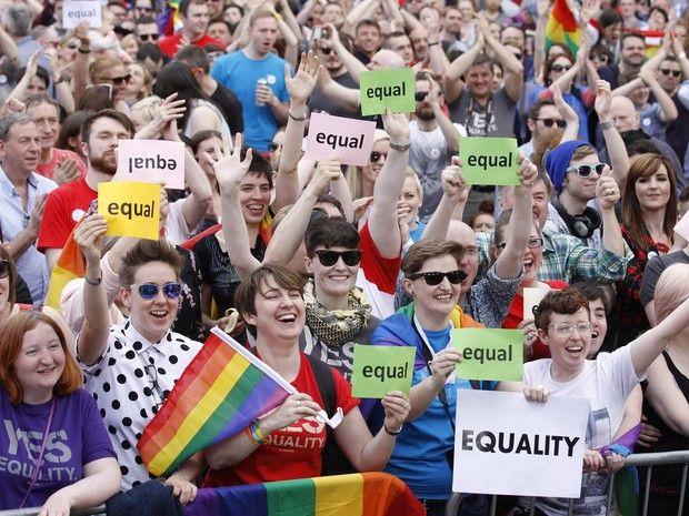 Irlanda aprova em referendo o casamento gay com 62% dos votos 'Sim' atingiu vantagem que não pode ser superada pelo não. O índice de participação no referendo ficou próximo de 60%.