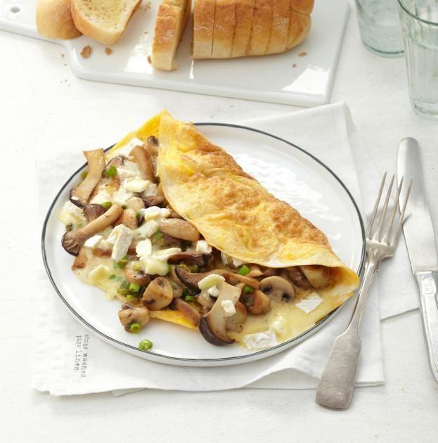 Camembert-Pilz-Omelette: Feine Champignons und Kräuterseitlinge, dazu ein kräftiger Camembert. Grandios! Das Baguette mit Trüffelbutter bringt noch ein besonderes Aroma.