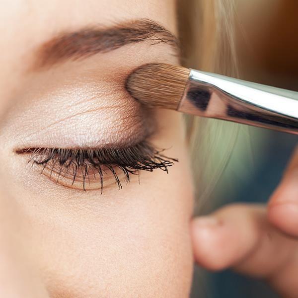 Toprak tonlarında yapacağınız natürel bir göz makyajı size doğal ve taze bir görünüm sağlayacaktır.