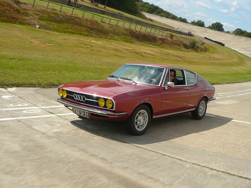 Trying to get away  Starring: '74 Audi 100 Coupé S  (by cirman)