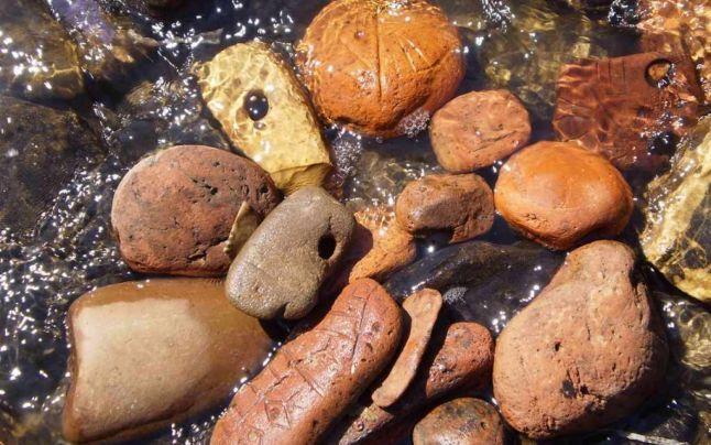 Pietrele cu simboluri găsite la Vadu Rău, cele mai vechi scrieri ale omenirii? Ce spun specialiştii despre controversata descoperire din Neamţ  Citeste mai mult: adev.ro/nlmccw