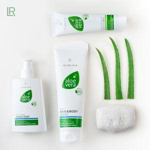 Frische pur – von Kopf bis Fuß Egal ob Hände, Zähne oder Haare – die LR ALOE VIA Pflegeprodukte sind echte Allround-Talente, wenn es um die tägliche Pflege geht! Mit diesen Must-Haves für jedes Badezimmer seid ihr und eure Lieben bestens ausgestattet, um frisch und gepflegt in einen neuen Tag zu starten.   #2 in 1 Haar- & Körpershampoo #Aloe Vera #Aloe Via #Fußpflege #Gesichtsmaske #Gesichtspeeling #Haar & Körper-Set #Haarkur #Haarshampoo