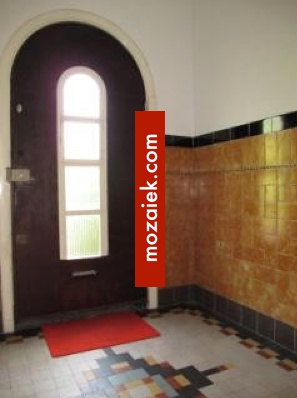 nog meer gele jaren 30 tegels, en op de vloer een mooi geometrisch patroon met dubbelhardgebakken tegels.