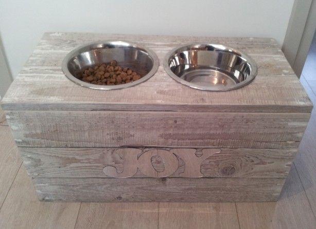 Zo klaar met losse bakken, zelf een leuke hondenvoerbakhouder gemaakt van…