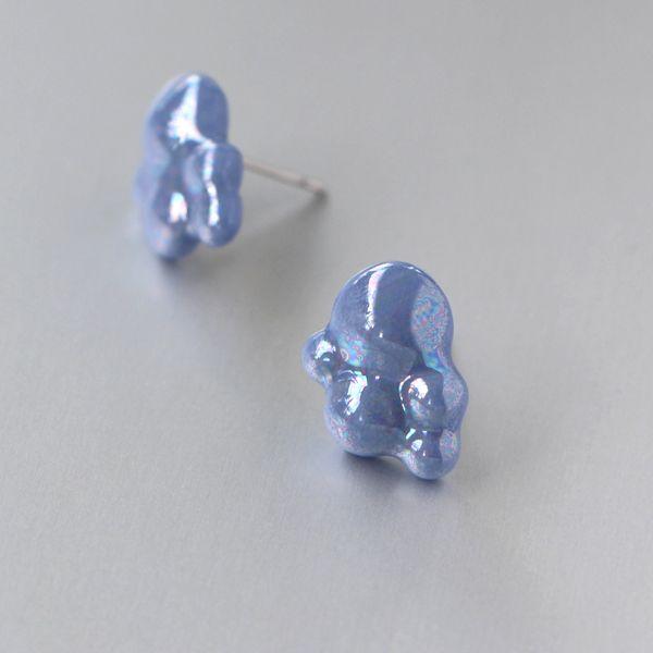 Bublinky...perleťové Porcelánové náušnice vhodné pro kažkou příležitost. Barvený porcelán - modrý, dekorovaný listrem, který vytváří perleťové odlesky. Vhodné pro alergiky.