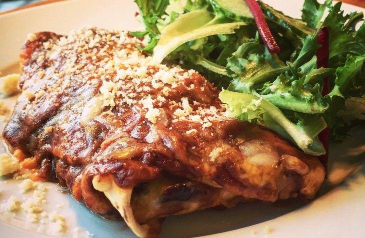 Kyckling enchiladas med en snabb molesås och massa god smält ost. Arriba!