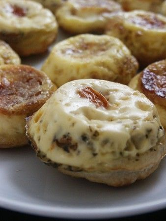 MINI QUICHES ULTRA RAPIDES!!! Fabulous idea! This was really nice, to have a ready made breakfast or snack in the fridge. I didn't put the crust on top.