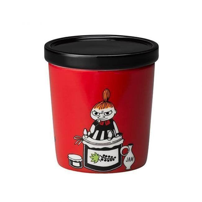 FunnyLittle Myjar from the Finnish brand Arabia. This jarfeaturesLittle Myon a lovely redbackground. Cute jar is Arabia's special product and it is available 1.9.2015 - 30.6.2016.Size: 0,3 lMaterial: Porcelain jar with ceramic lidHauska Pikku Myy koristaa tätä punaista Arabian muumipurkkia, Pikku Myyn päivä. Tuote on Arabian valikoimissa 30.6.2016 saakka. Koko: 0,3 dl. Materiaali: Posliinipurkki mustalla keraamisella kannella.Mumin Lilla Myburken av Arabia. Tove Slotte har…