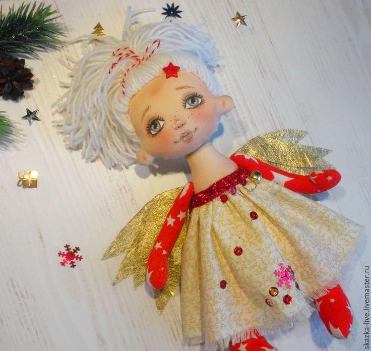 Скоро, скоро Новый год! Самый волшебный праздник!И если у Рождества есть духи — прошлого, настоящего и будущего, то для Нового года придумались вот такие Ангелы — Ангел новогодней ночи, Ангел новогодней зари, Ангел нового дня. Будем создавать красно-золотого Ангела, и для вдохновения возьмем новогодний блокнот-фотоальбом Для работы понадобятся материалы: 1. Ткань для тела и головы куклы. 2.