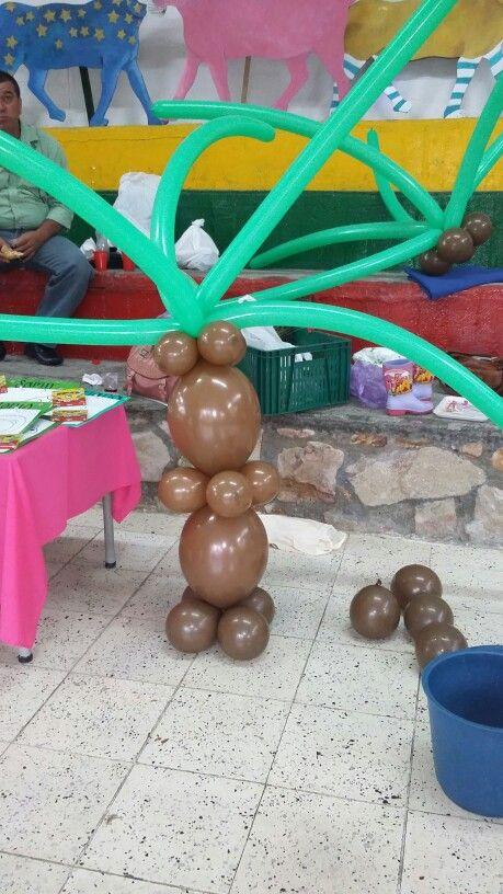 Palmeras en globos para bienestar la fiesta,  estas están de un tamaño proporcional a los niños de tres años,  perobo pueden ser más altas