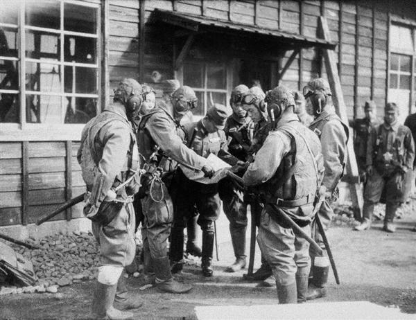 飛行服に身を包み、出撃前の打ち合わせをする特攻隊員ら=昭和19(1944)年12月