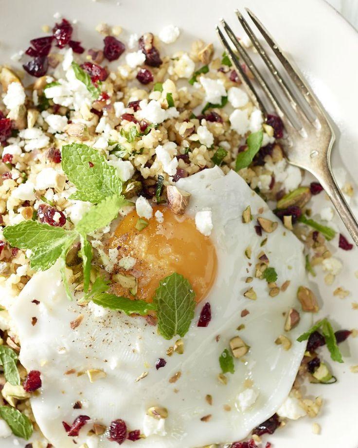 Een heerlijk vegetarisch gerecht met bulgur, een spiegelei en feta. Bulgur is een graansoort en vult lekker goed.