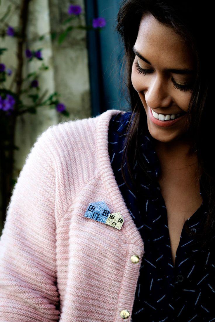 La broche Little Village est l'accessoire à avoir pour toutes vos tenues, légère et douce, elle s'accordera parfaitement sur vos manteaux, pulls, gros sweats, et vos robes...  Elle est disponible en :  - Vert / Blanc - Blanc / Or - Noir / Or - Or / Blanc - Or Rose / Noir - Rose / Blanc