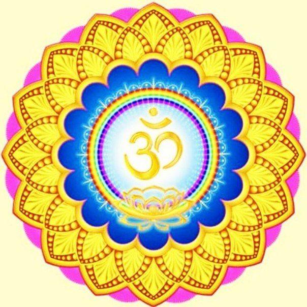 Слог Ом — первоначальный звук, творящий Вселенную, символ бесконечности духа. Знаменует победу над Хаосом. Помогает установить связь со своей глубинной сущностью. OM — священный, «вечный слог», потребляемый в индуизме и буддизме во время религиозных церемоний, при чтении молитв, в начале текстов религиозного содержания. Графический символ OM состоит из трёх букв (одна буква на санскрите ), над которыми изображён полумесяц с точкой наверху.