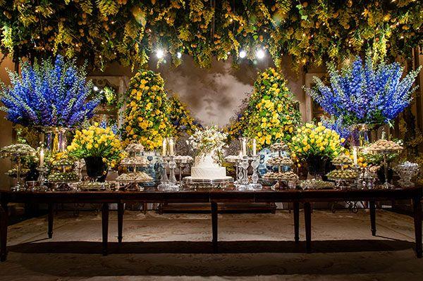 Mesa de doces - casamento com decoração inspirada na Itália - arranjos de flores em amarelo e azul, com limões sicilianos ( Flores: André Pedrotti | Foto: Daniela Picoral )
