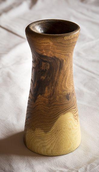 En vase i guldregn smurt med lim indvendig så den holder vand.
