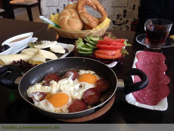 Türkisches Serpme Frühstück in der Bäckerei Ege, Karlsruhe