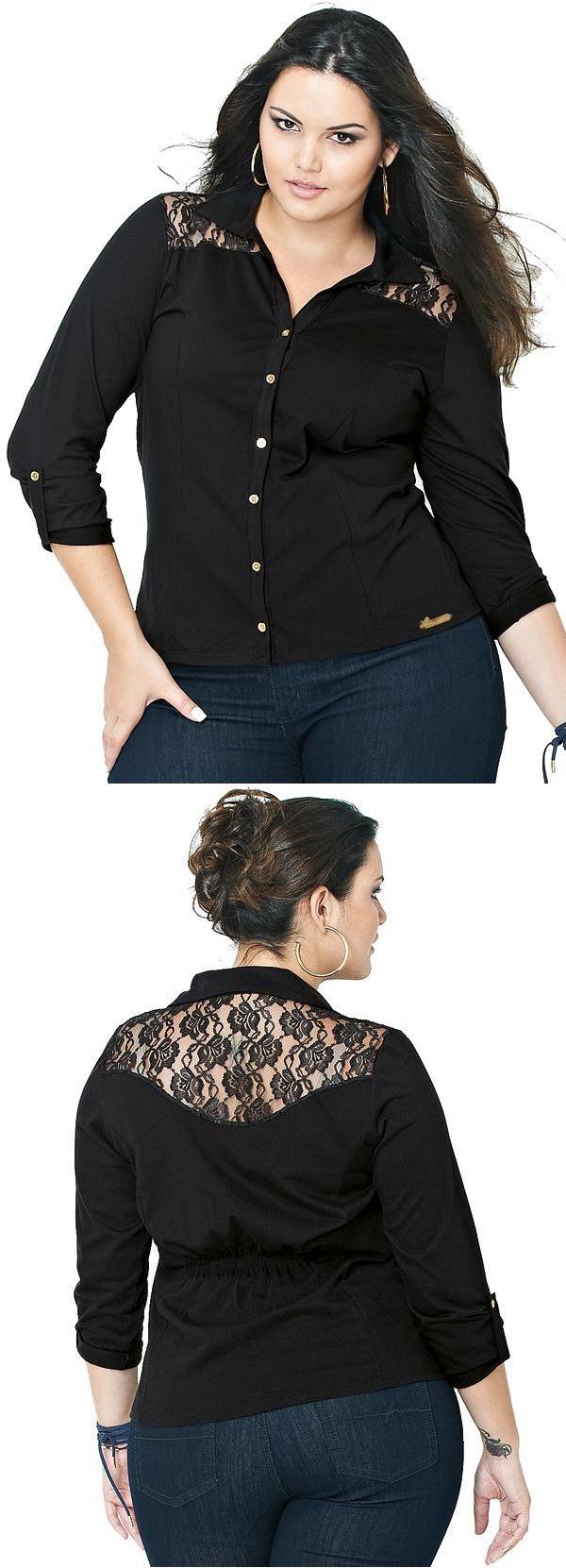 Camisa Lunender Plus com Renda Preto Reativo. Camisa plus meia malha penteado tem delicados acabamentos em renda e pequeninos botões dourados para deixar seu visual mais romântico e feminino. Pode ser usada com peças sociais ou jeans.