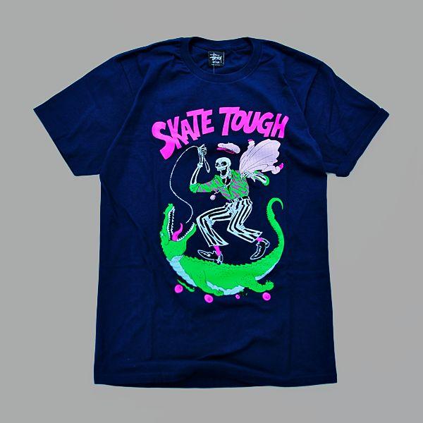 T-Shirt marki Stussyześciągacz wokół szyi w kolorze granatowym. Duża grafika z przodu, z tyłu na wysokości kołnierzyka napis FERRY GOUW. …