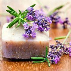 Zutaten  500 g Seifenflocken Mandelöl ätherisches Lavendelöl getrocknete Lavendelblüten