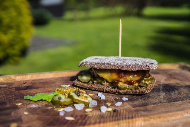 Burger wołowy z ogórkiem konserwowym, musztardą francuską i serem cheddar – Przepis na grilla