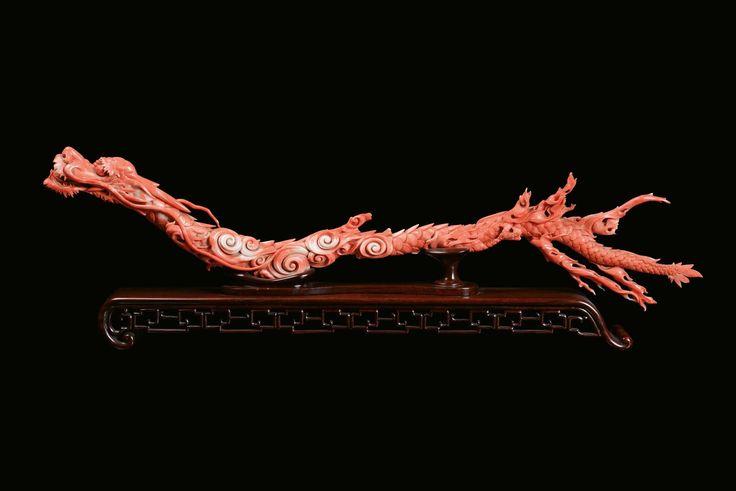 Raro e grande  ramo in corallo rosso scolpito a a foggia di dragone, Cina, Dinastia Qing, XIX secolo