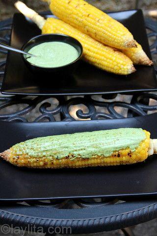 Choclos (maiz tierno/elotes) asados con salsa de queso y cilantro