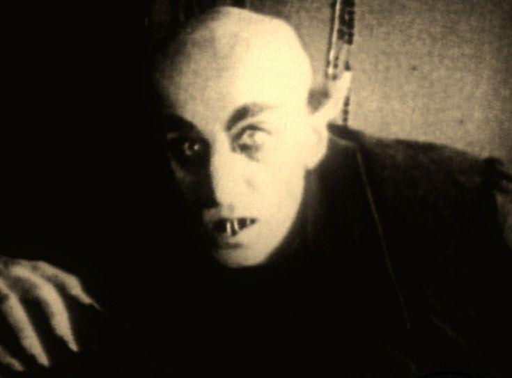 l primo Dracula cinematografico del regista W. Murnau (Nosferatu, 1922) era davvero brutto. Saliva le scale verso la sua vittima esibendo un paio di dentoni orripilanti nosferatu-horror-movies-16124764-1287-951su una faccia slavata con pelata e occhiaie da fare invidia a quelle di Galliani. Partorito dalla penna di un maggiordomo, J. PolidorI ... http://piergiuseppecavalli.com/2017/01/10/buon-sangue-non-mente/