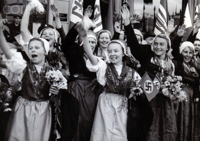 Occupation of Czechoslovakian territories by the German Wehrmacht after the Munich Agreement on 30 September 1938. The National Socialist propaganda text on 8 October 1938: 'The invation of the German troops in segment V. Cheering women and girls in liberated Broumov.' Photo: Berliner Verlag/Archiv