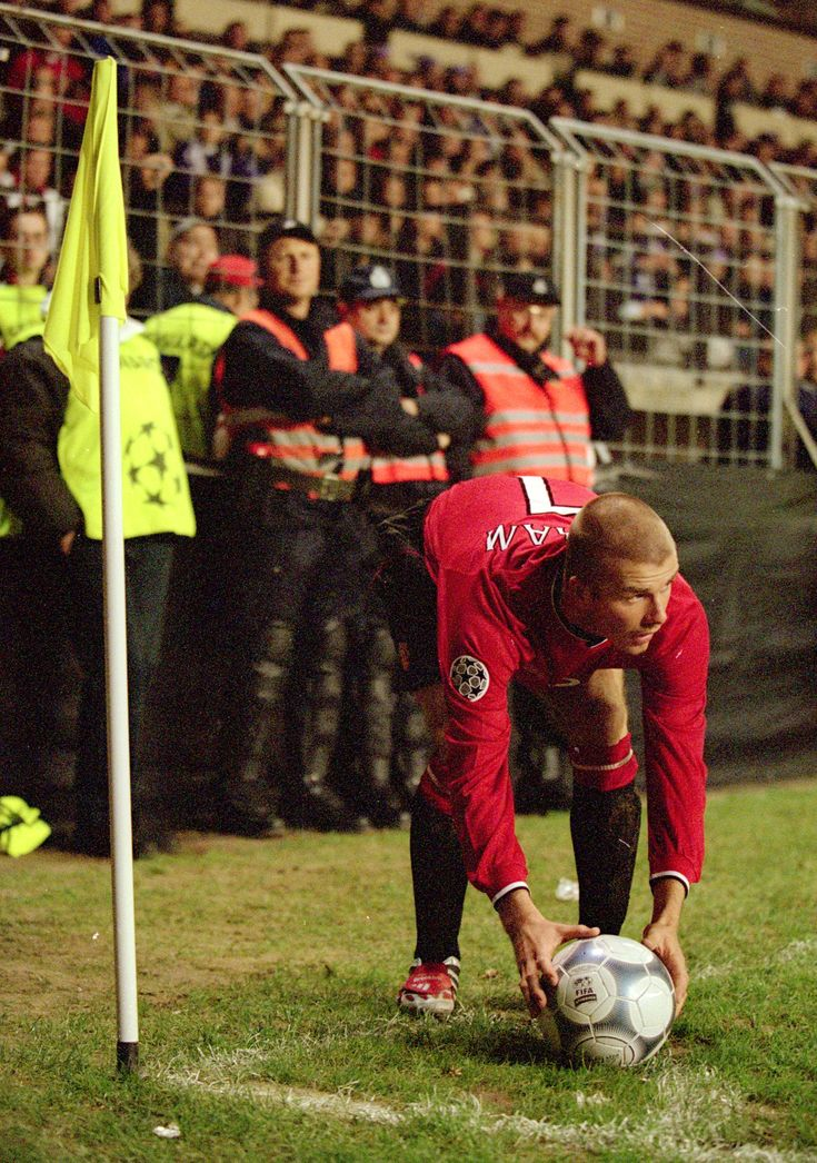 Former @manutd no.7 David Beckham prepares to take a corner in the Reds' Champions League clash with Anderlecht in 2000.