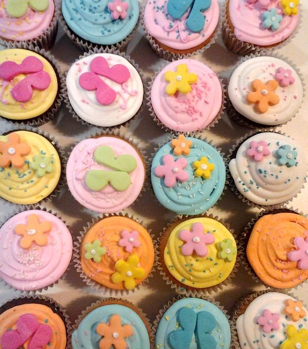 Flores, mariposas y colores pasteles