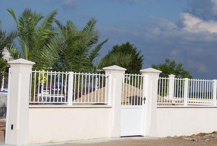 Pilier de portail et clôture avec un couronnement diamant; pilier monobloc et plein en béton armé. Modèle 33 cm, gamme Décoration, finition lisse et chanfreiné.