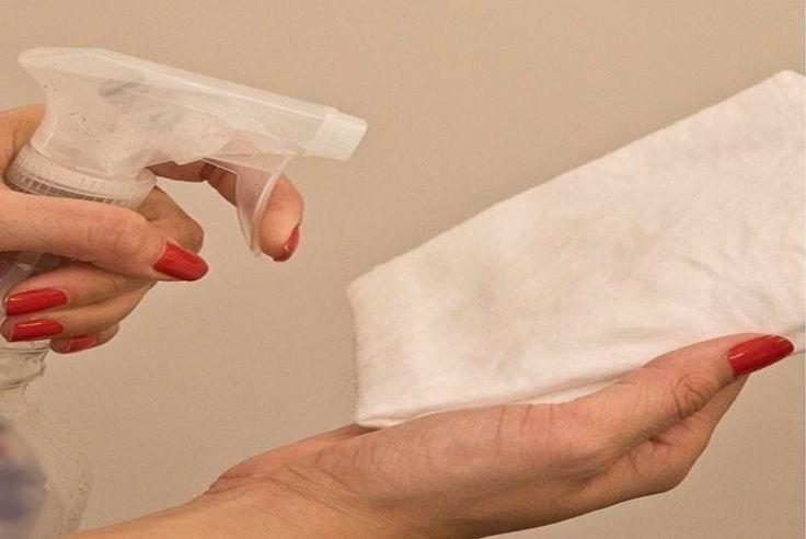 SABÃO DE COCO LÍQUIDO : Dissolva 1 colher (sopa) sabão de coco + 1 colher (chá) de saponáceo líquido em 500ml de água e coloque em um borrifador. Borrife no pano e passe no móvel, depois seque com outro pano. Evite borrifar na superfície a ser limpa para evitar que escorra e manche. Ideal para limpar paredes, armários de mdf, laminados, portas pintadas ou de madeira envernizada (fosco ou brilhoso). ATENÇÃO: Não use em madeira maciça / madeira demolição.