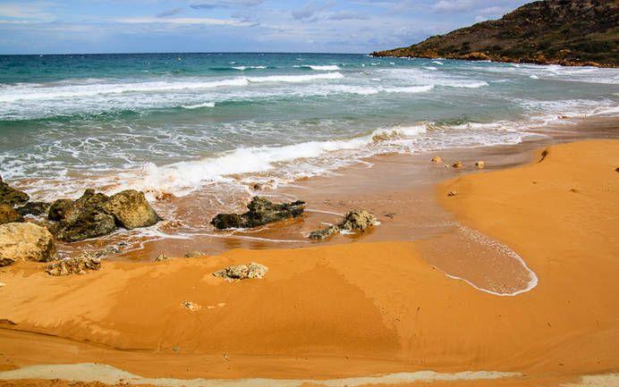 Ramla Bay auf Gozo, Malta, mit charakteristisch orange gefärbtem Sand