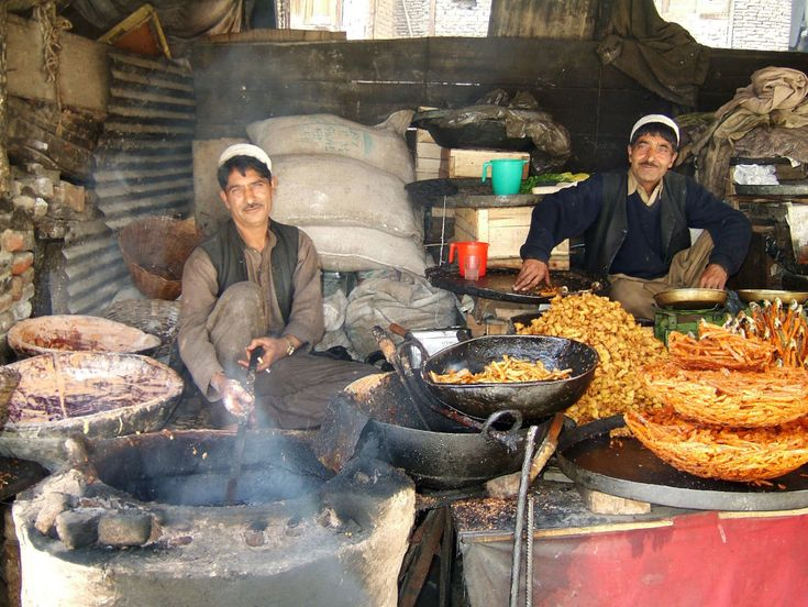 visit bustling bazaars, things to do in kashmir in less than 20$. http://www.kashmir-ladakh-tourism.com/blog/things-to-do-in-srinagar-kashmir-for-less-than-20-a-day/