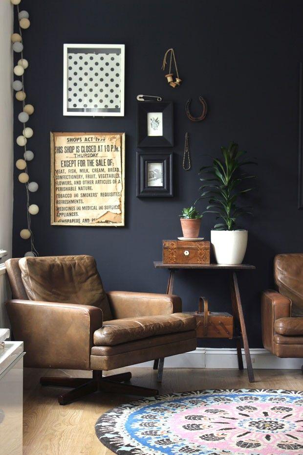 Décor do dia: sala preta com poltronas de couro                                                                                                                                                                                 Mais
