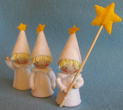 Three children made of dwarf cones to parade with a star. Easy to make and fun to the Christmas or winter table.