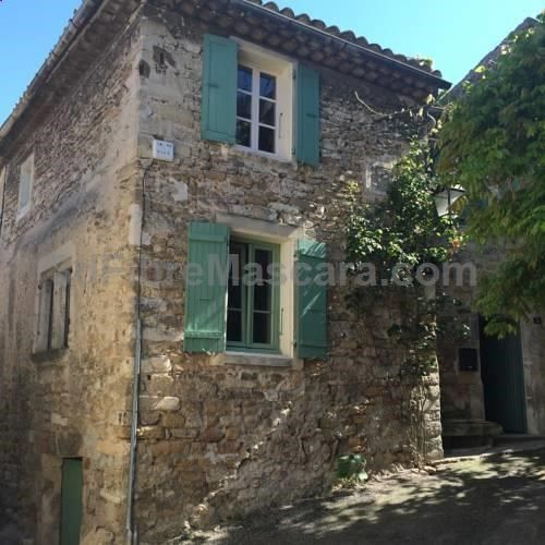 Maison St. Louis Grignan Maison St. Louis is a semi-detached holiday home situated in Grignan in the Rhône-Alps Region and is 32 km from Orange. The property is 20 km from Montélimar and features views of the mountain.