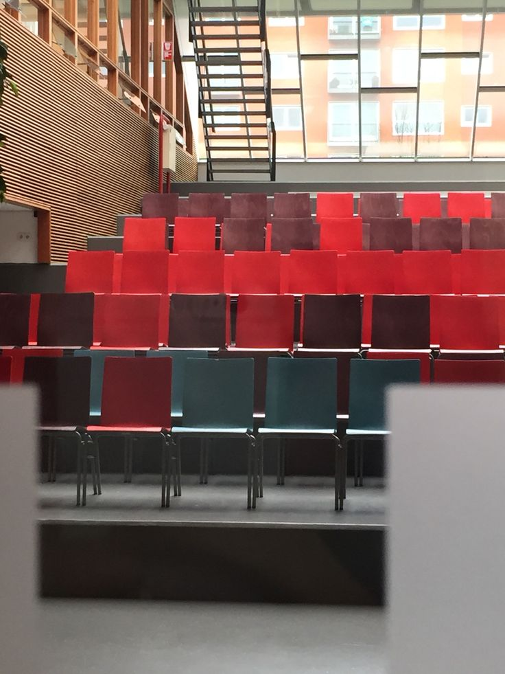 WARM-KOUD CONTRAST (door de blauwe stoelen) + KWALITEITSCONTRAST (de rode stoelen) ♦ bron: HvA