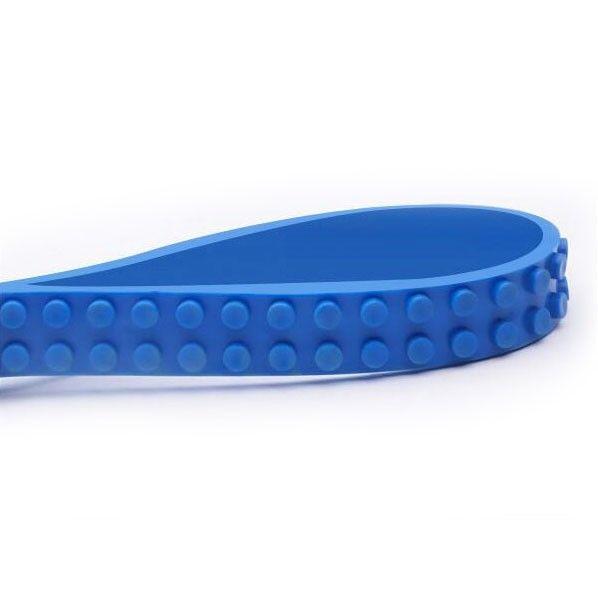 Blauwe Mayka Block Tape, 2-noppen breed en 1 meter lang. Met de ZURU Mayka Tape verander je elk oppervlak in een bouwplaat! De noppen zijn compatible met de bekende bouwblokjes zoals LEGO®. Knip, vorm en plak overal! Heel handig is dat de zelfklevende tape eenvoudig weer kan worden verwijderd én opnieuw gebruikt.Afmeting: lengte 1 meter  - Mayka Block Tape Blauw, 2-nops 1 meter